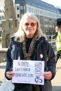Una mujer posa con un cartel de apoyo al movimiento 15M en Córdoba en Occupy Birmingham